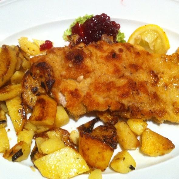 Wiener Schnitzel Vom Kalb Mit Bratkartoffeln, Preisselbeeren Und Salat @ Zum Schmankerlwirt