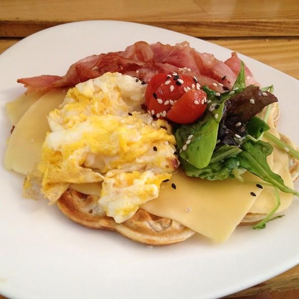 Waffle De Bacon Calentito Con Queso Y Huevos Revueltos, Verdes Y Sésamo @ Waffle Sur