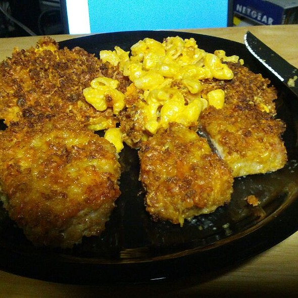 Boneless Pork Chops with Macaroni & Cheese with Cheddar and Bacon @ Mikeylito's Kitchen