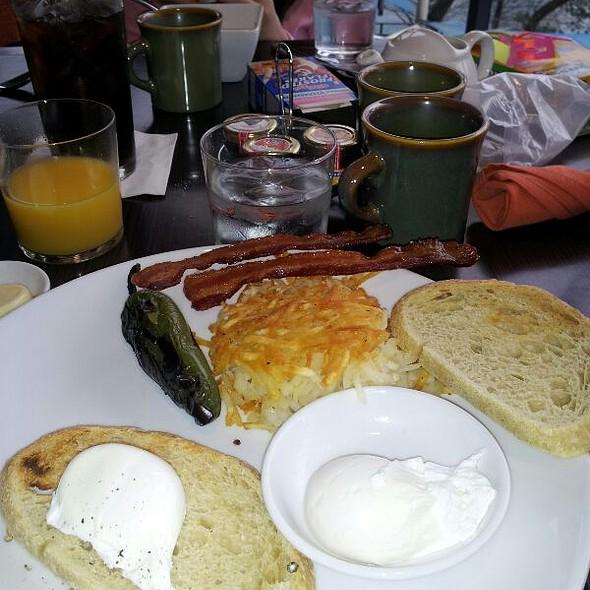 eggs,sausage,bacon,homefries