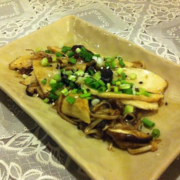 เห็ดสามอย่างย่างซอสบัลซัมมิค | Grilled Mushrooms With Soy-Balsamic Sauce