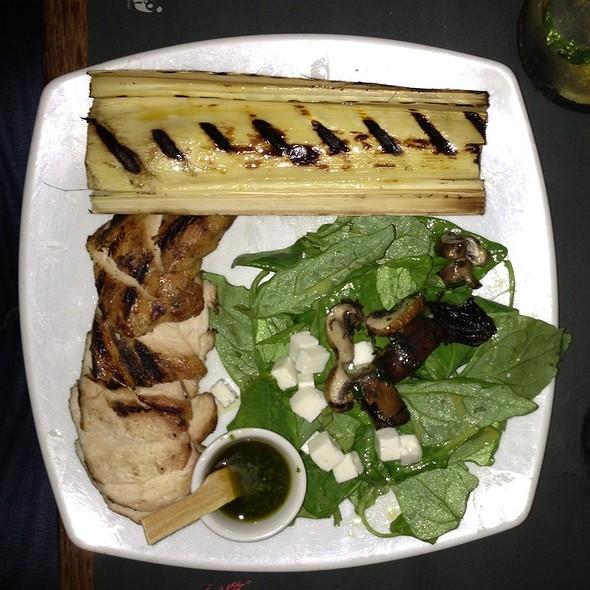 Filet De Frango Grelhado Com Salada De Espinafre, Queijo Feta E Cogumelos, Palmito Grelhado Com Molho Pesto @ Via Sete