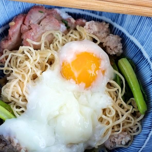 Dry BBQ Pork Egg Noodle with Onzen Egg @ เหล่ากุ้ย บะหมี่อัศวิน