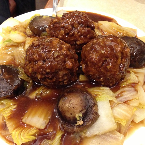 Massive meat balls on napa cabbage