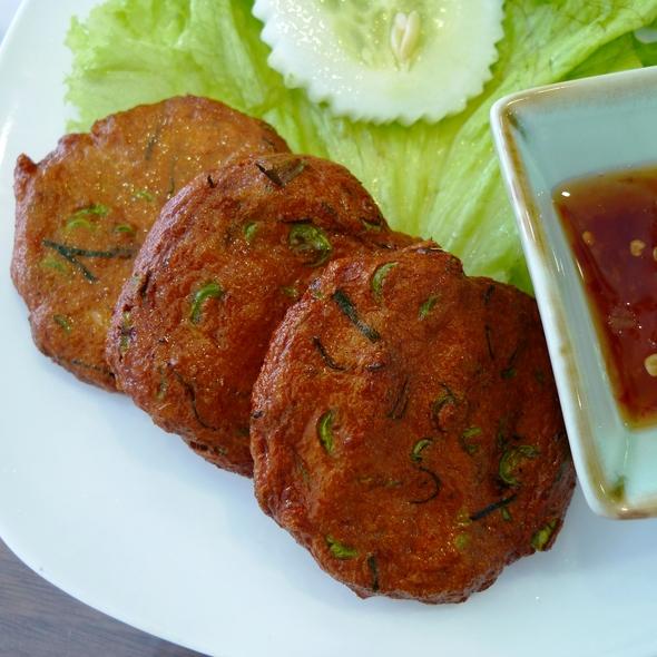 ทอดมันปลากราย (Deep Fried Thai Fish Cake)
