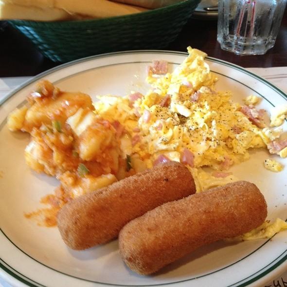 Huevos Revueltos Con Jamon @ La Carreta Restaurant
