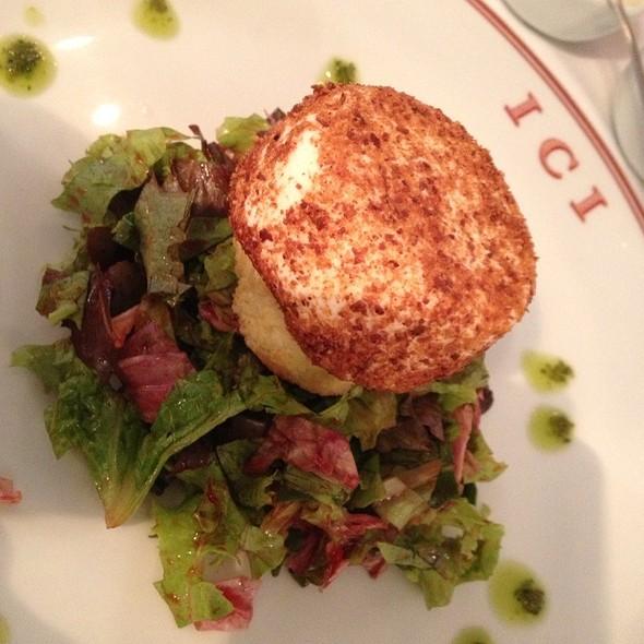 Salada Verde Com Queijo De Cabra, Nozes E Molho De Mostarda E Mel