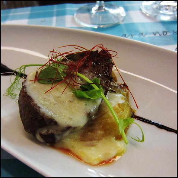Naco de vitela, batata doce assada, queijo da serra