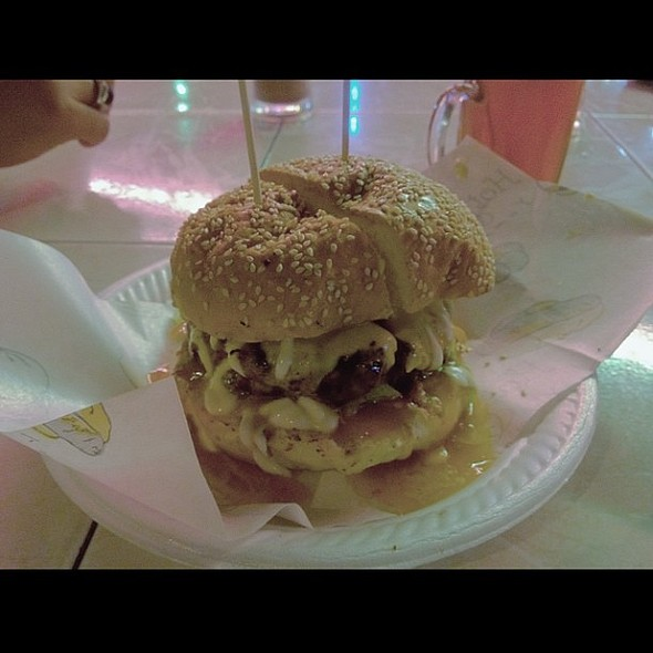Burger Kembong Malim; Hawaiian Grilled Burger with Papaya Sauce. Kedahsyatan yang mengasyikkan.