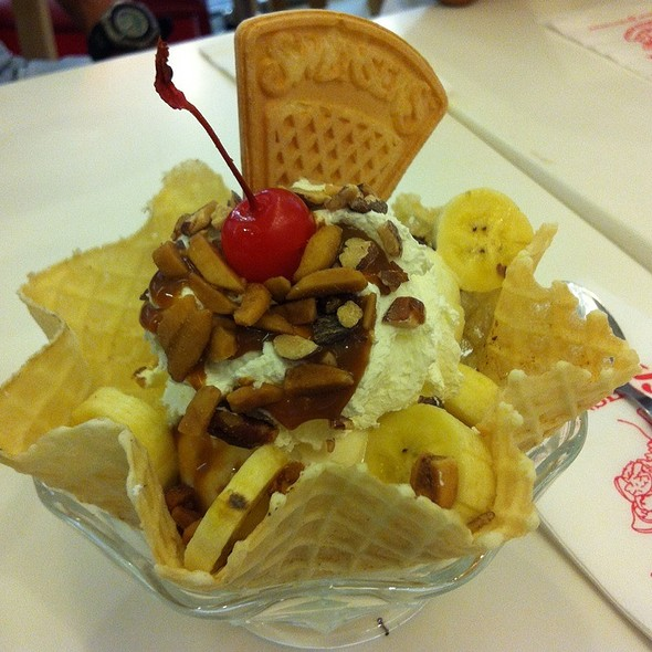 Nutty Banana Basket Sundae