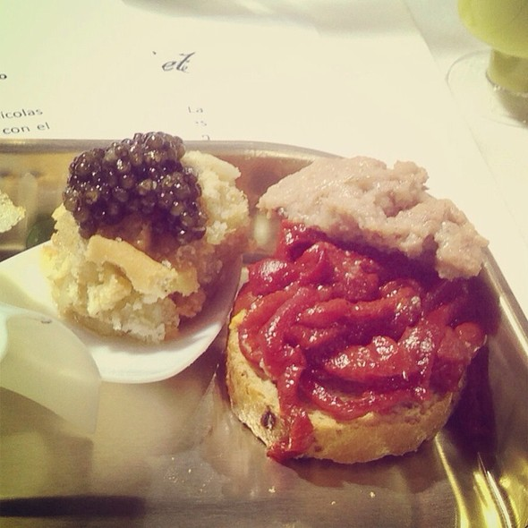 Tartar De Lubina Sobre Tosta Crujiente De Pipas Y Caviar + Pimientos Caramelizados Con Rillete De Ganso