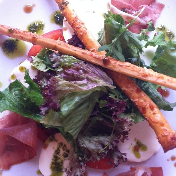 Salad With Mozzarella And Prosciutto Crudo @ Moskovska 15