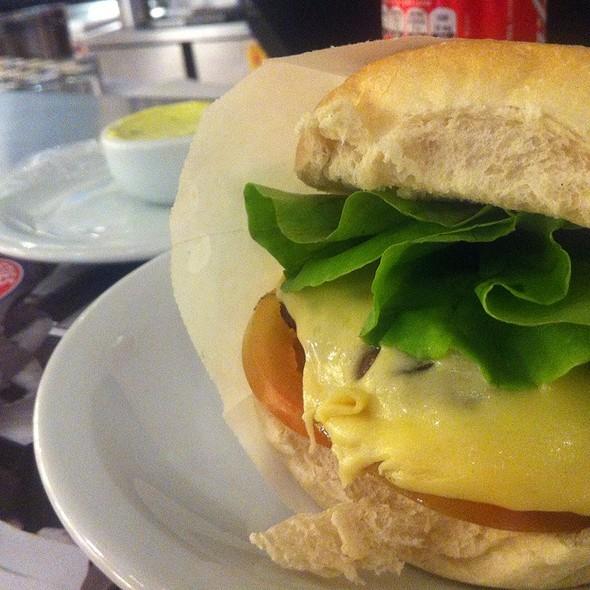 Cheese Salada + batata + milk Shake @ THE FIFTIES BURGER