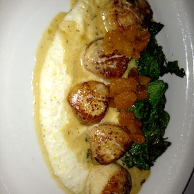 Pan seared scallops with corn grits