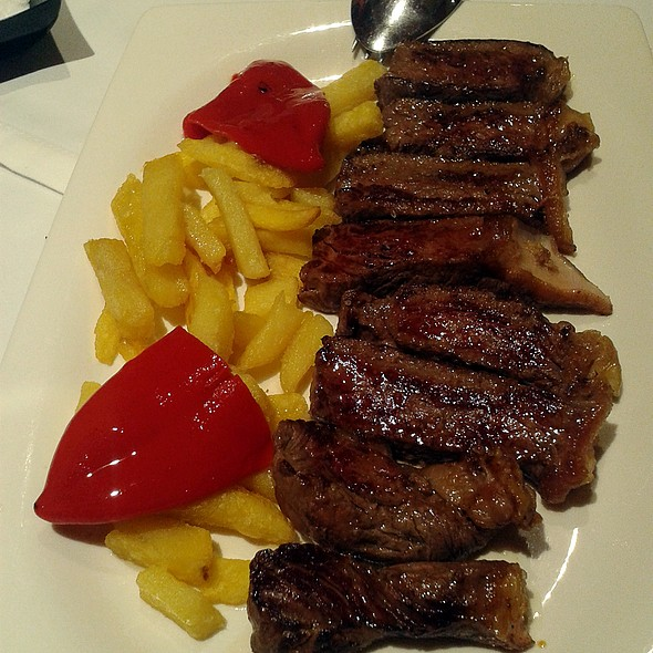 Grilled sirloin red meat with peppers @ La Chalana