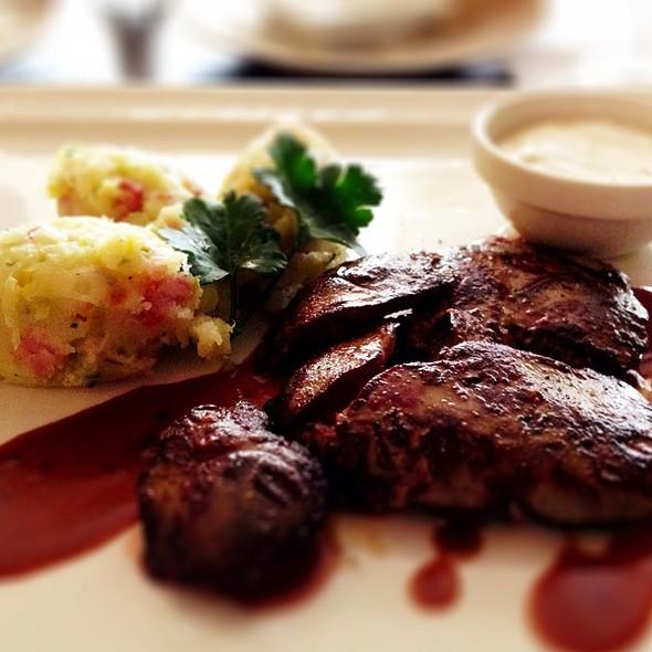Grilovaná Kachní Játra Se Slaninovými Šťouchanými Bramborami @ Como Mediterranean Restaurant & Café