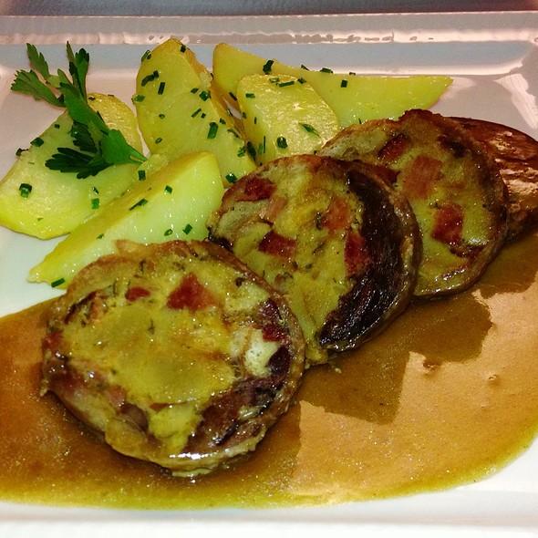 Husí Roláda S Bylinkovou Nádivkou A Pažitkovými Bramborami @ Como Mediterranean Restaurant & Café