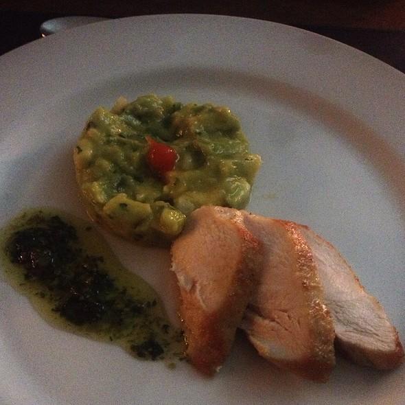 Supreme De Frando Com Guacamole E Pesto De Coentro @ Ponto G Gastronomia