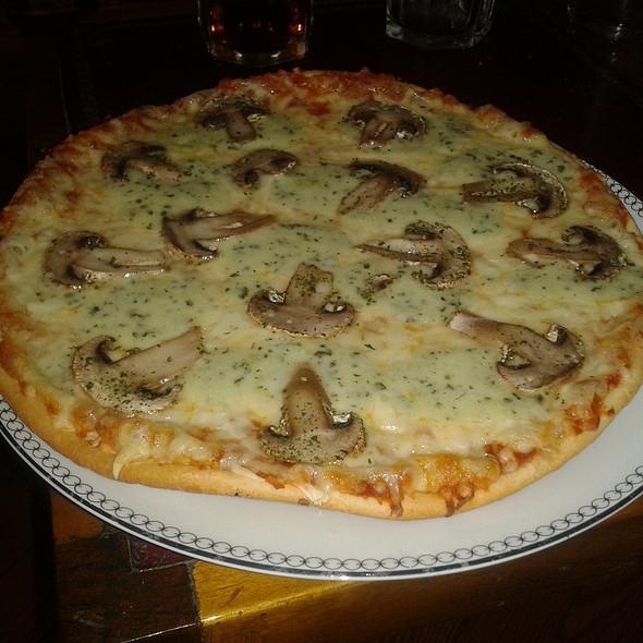 Funghi Pizza @ Churchilito