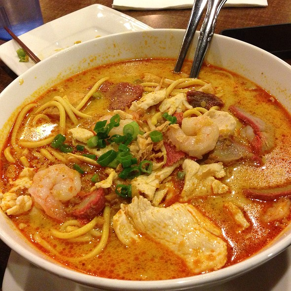Singapore Laksa at Sentosa Singaporean Restaurant Shangrila Mall. I want it spicier. @ Banana Leaf