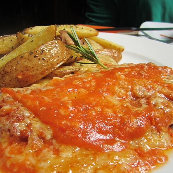 Filé à Parmegiana com batatas rústicas