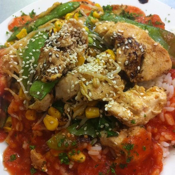 Gebratenes Hühnerfilet Mit Geüse Und Reis