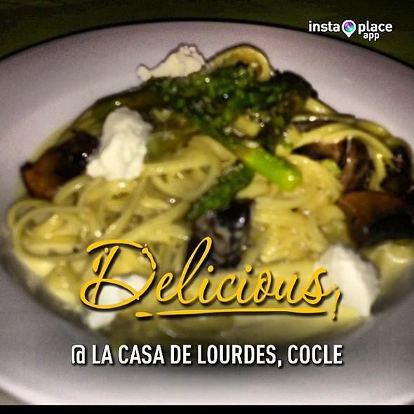 Linguini con hongos Portobelo, espárragos y queso de cabra. @amopanama @ La Casa de Lourdes