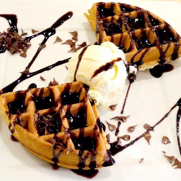 Chocolate & Saucy Waffle @ Pure Waffle - Duke St. (London, Uk)