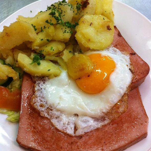 Leberkäse Mit Spiegelei & Bratkartoffeln
