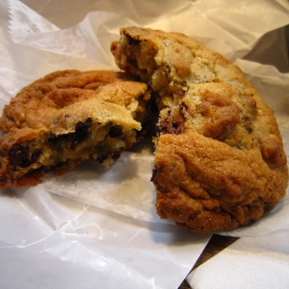 chocolate chip cookie @ Levain Bakery