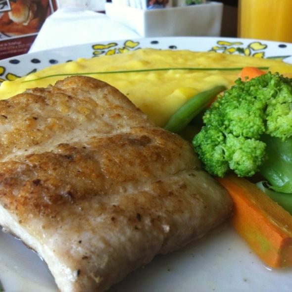 Filé De Peixe Grelhado Pure De Batata Baroa Legumes Soute @ Joaquina Bar