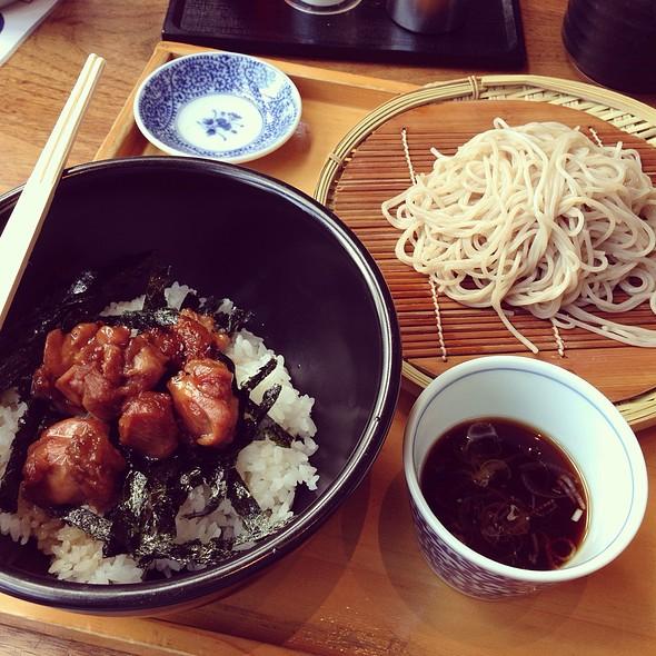 焼き鳥丼とざるそばのセット @ ソバジロー Soba GIRO 赤坂見附 プルデンシャルプラザ