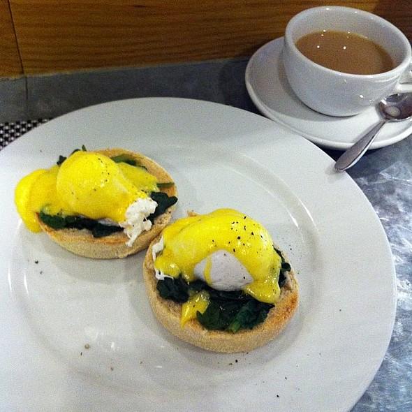 Eggs florentine, tea @ The Old Bank Hotel