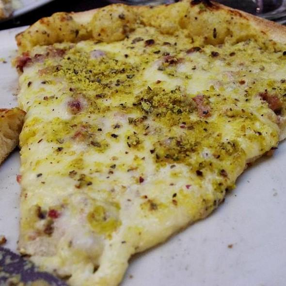 Pizza Oro dell' Etna (crema di pistacchio, mozzarella, provola affumicata, speck, funghi porcini, granella di pistacchio)