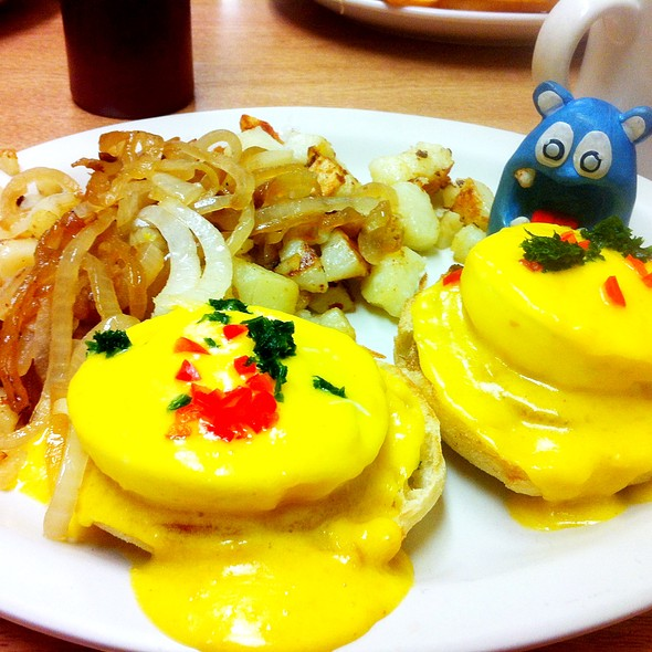 Eggs Benedict @ The Village Green