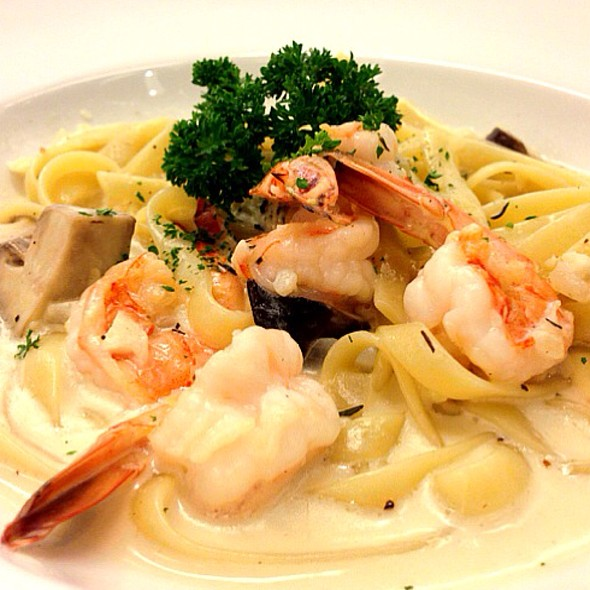 Fettuccini With Shrimp And Mushroom Cream Sauce @ Greyhound Cafe' (Thonglor)