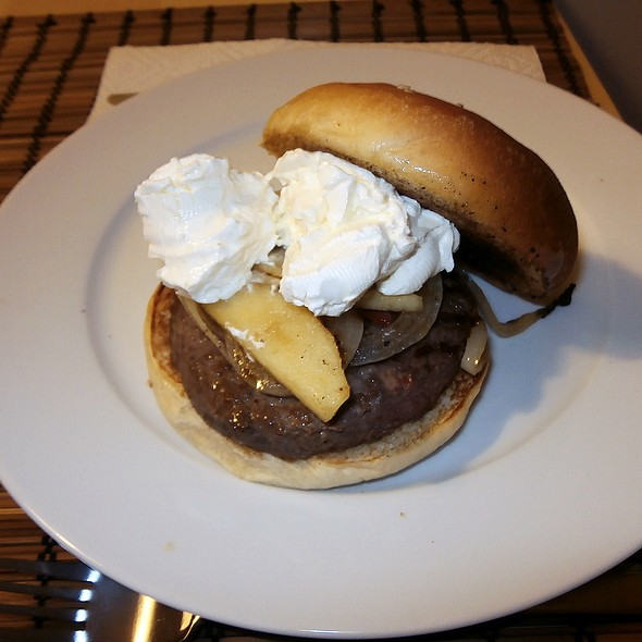 Alberto's Philadelphia burger @ Mansión Peces