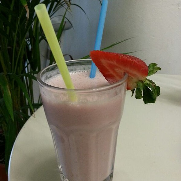 Banana Strawberry Smoothie @ Café de Mirta