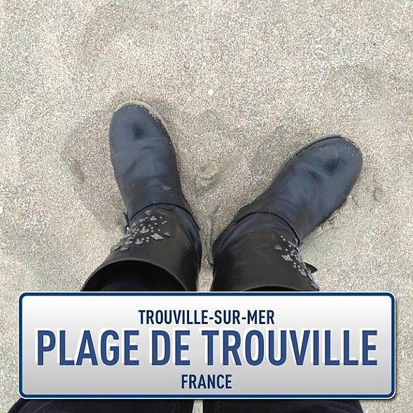 Sable fin, bottes de motard... La Normandie, quoi ! @instaplacemobi @ Plage de Trouville