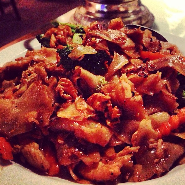 Pad See Ew With Chicken @ Siam Palace