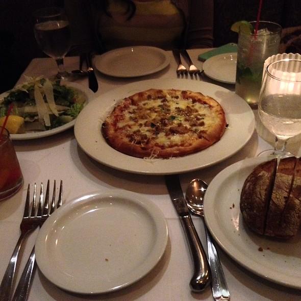 Pizza With Italian Spicy Sausages, Tomato, Mozarella, Mushroom And Capsicum