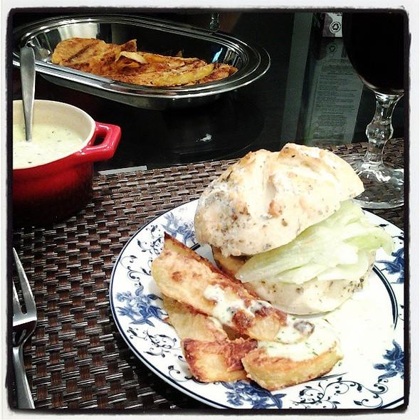 Sanduíche com ciabatta de ervas do , batata rústica assada e maionese verde caseira do @ Pati e Pedro's Home