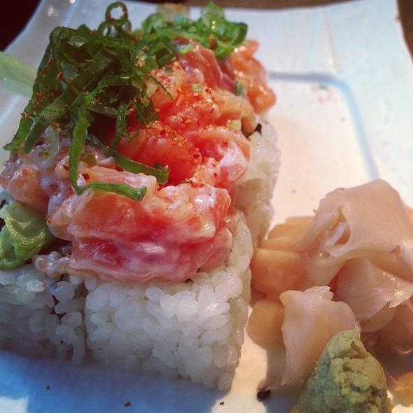 Spic salmon tatar roll