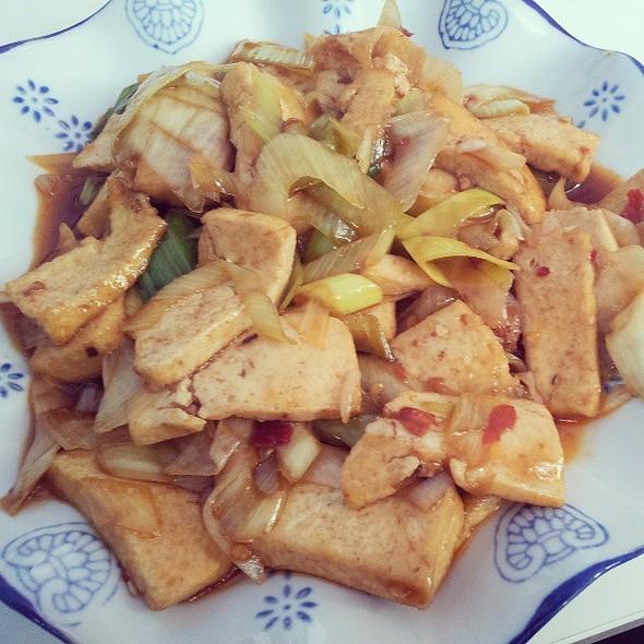 Friterad tofu med purjolök. @ Peony