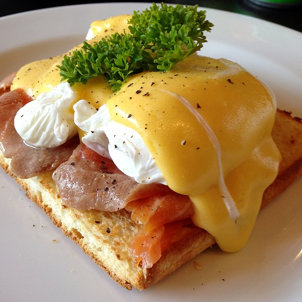 Eggs Benedict with Smoked Salmon @ The Coffee Club Ekamai
