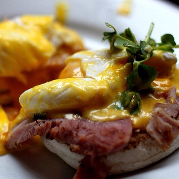 Eggs Benedict @ The Luxe