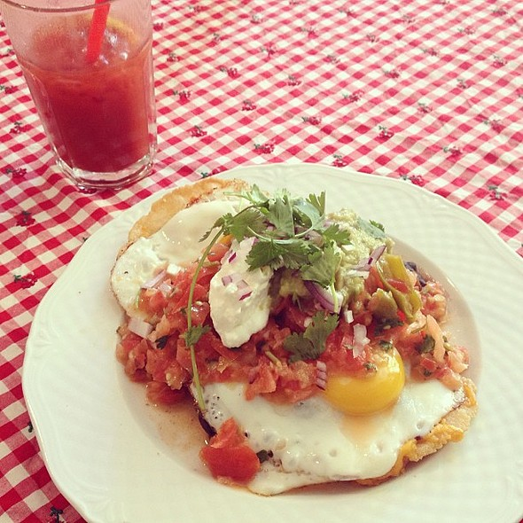 Culinary adventures continue in the day time. These are the best huevos rancheros I've ever had. In Berlin! Cc @jaygoldman. @ The California Breakfast Slam