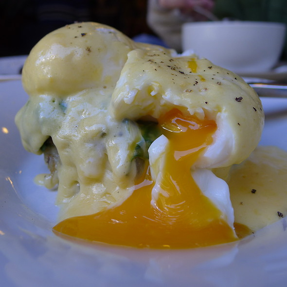 Poached Free Range Eggs with Double Smoked Ham on a Baby Spinach, Caramelised Onion and Potato Rosti with Hollandaise Sauce @ Circa Espresso