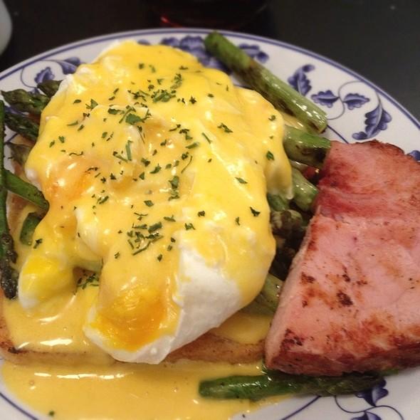 Eggs Benedict @ Stella's Kentucky Deli