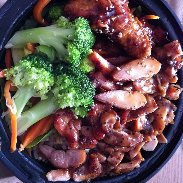 Hawaiian Chicken, Brown Rice, Broccoli, Cilantro, Mushrooms And Red Onions